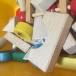 クリスマス前におもちゃの片付け。でも脱線しまくりーダンボールde手作り電車