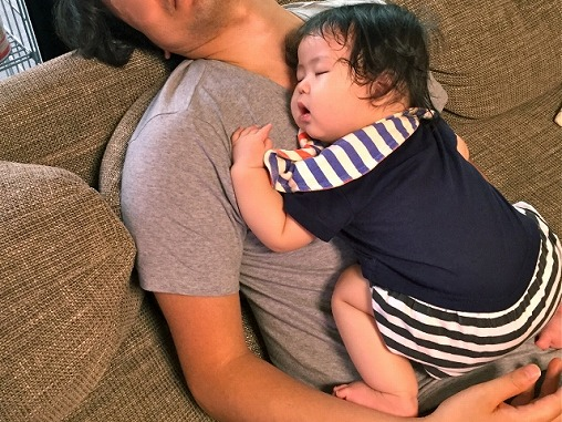 ねんねトレーニング ソファーで一緒に寝る親子